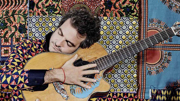 """Matthieu Chedid amoureux de sa six cordes pour """"Lamomali"""".  (Yann Orhan)"""