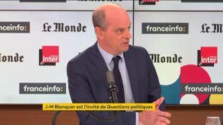 Jean-Michel Blanquer, ministre de l'Éducation, était l'invité de l'émission Questions Politiques sur France Inter et franceinfo dimanche 4 avril. (FRANCEINFO / RADIOFRANCE)