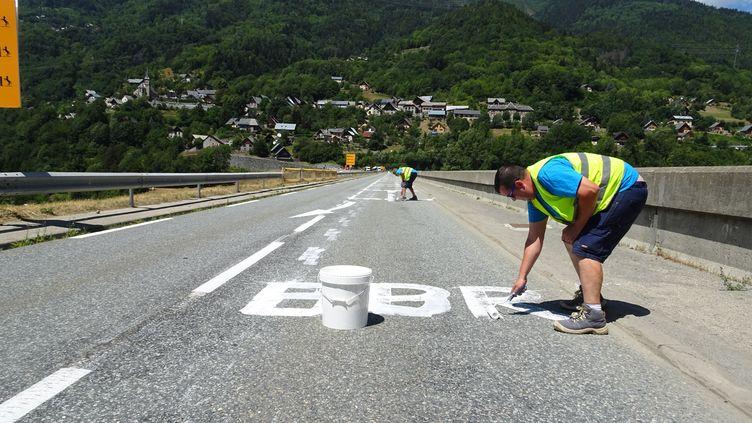 Pierre recouvre un message politique, jeudi 19 juillet,sur le barrage du Verney (Isère). (FRANCEINFO)