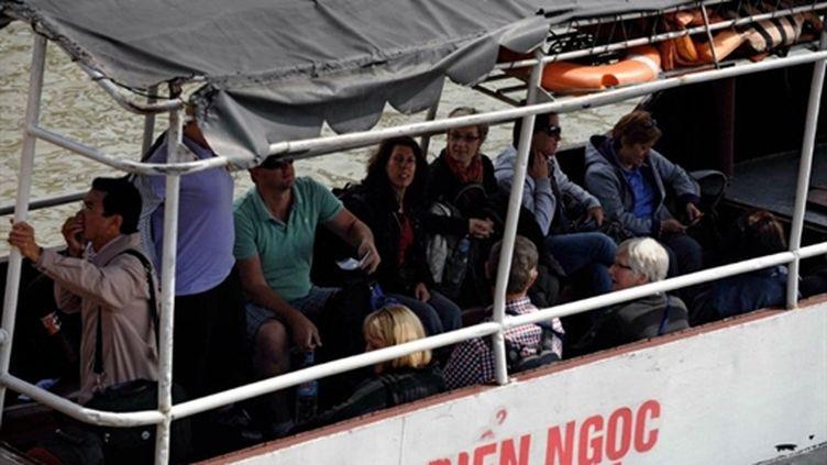 Touristes sur un bateau pour un tour sur la baie d'Halong (nord du Vietnam), destination touristique des plus prisées (AFP PHOTO / HOANG DINH Nam)