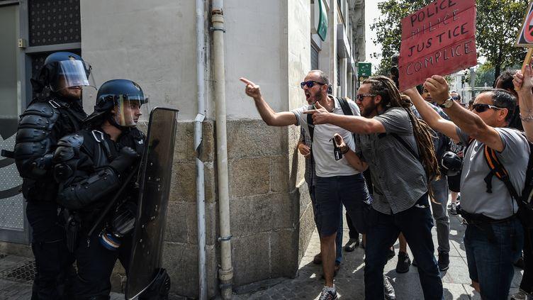 Des membres des forces de l'ordre face à des manifestants lors de la mobilisation à la mémoire deSteve Maia Caniço, à Nantes, le 3 août 2019. (JEAN-FRANCOIS MONIER / AFP)