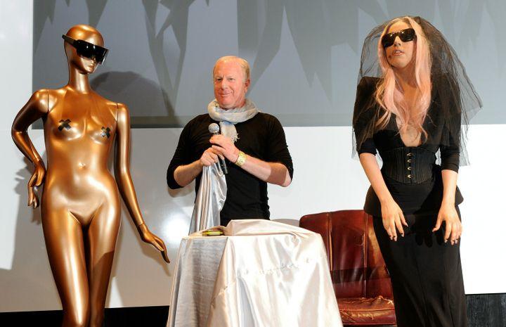 La chanteuse Lady Gaga et le patron de Polaroid, Bobby Sager, dévoilent des lunettes de soleil équipées d'une caméra et d'écrans vidéos au CES, le 6 janvier 2011 à Las Vegas (Etats-Unis). (ETHAN MILLER / GETTY IMAGES NORTH AMERICA)