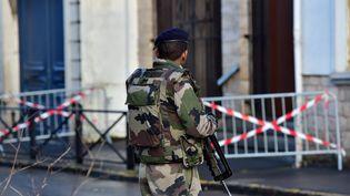 Un militaire en mission de surveillance, à Valenciennes (Nord), le 13 janvier 2015. (MAXPPP)