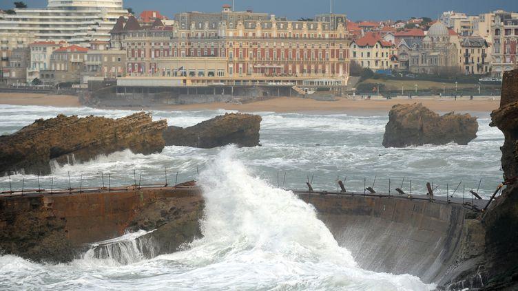 Les côtes de Biarritz frappées par une houle violente, le 6 janvier 2014. (GAIZKA IROZ / AFP)