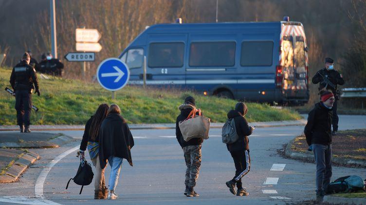 Des fêtards quittent la rave-party à Lieuron (Ille-et-Vilaine), le 1er janvier 2021. (JEAN-FRANCOIS MONIER / AFP)