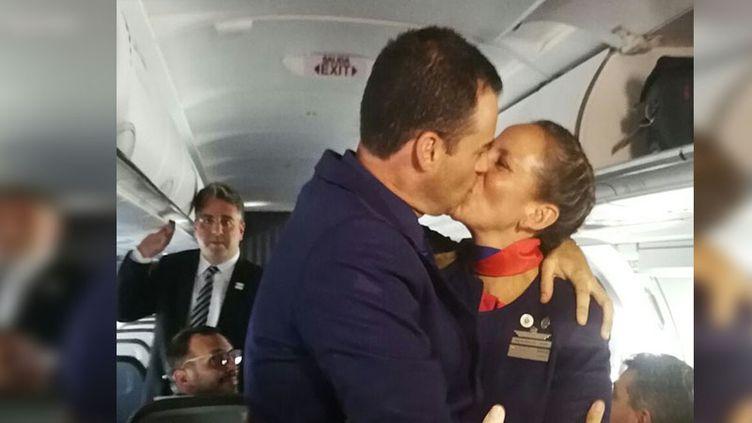 Les deuxtourtereaux s'embrassent après leur union célébrée par le Pape, jeudi 18 janvier 2018. (RADIO FRANCE / MATHILDE IMBERTY)