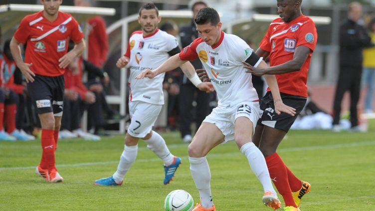 Grâce à leur victoire sur Boulogne-sur-Mer (en blanc), les joeuurs de Luzenac (en rouge) ont asuré leur montée en Ligue 2, vendredi 18 avril à Foix (Ariège). (XAVIER DE FENOYL / MAXPPP)