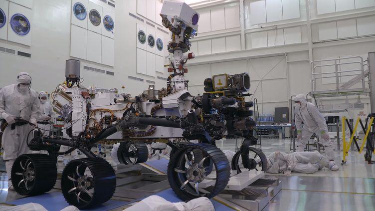 """Le rover """"Mars 2020"""" lors de ses premiers tests de mobilité, le 17 décembre 2019. (CAPTURE D'ÉCRAN / YOUTUBE NASA)"""