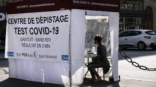 Un patient attend de faire un test antigénique sous une tente sur la place de l'Opéra à Paris, le 31 mars 2021. (THOMAS COEX / AFP)