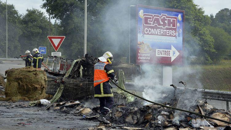 Des pompiers nettoient les dégâts causés par les agriculteurs en colère, mercredi 22 juillet 2015, à Quimper (Finistère). (  MAXPPP)
