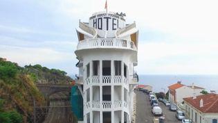 L'hôtel Belvédère, situé dans la ville de Cerbère, dans les Pyrénées-Orientales, est un établissement en forme de paquebot et aux dimensions incroyables. (France 2)