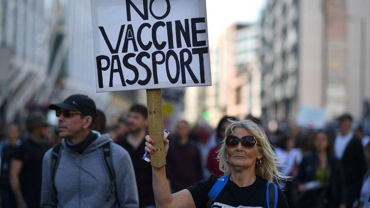 Une manifestation anti-confinement et anti-pass sanitaire à Londres, en avril 2021. (BEN STANSALL / AFP)