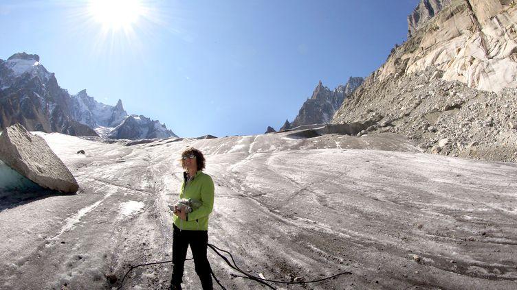 L'alpiniste Catherine Destivelle, lors d'une opération de collecte de déchets sur laMer de Glace, en septembre 2011, dans lemassif du Mont-Blanc (Haute-Savoie). (JEAN-PIERRE CLATOT / AFP)