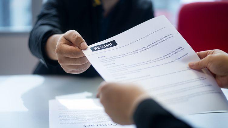 Se reconvertiret se former pendant le chômage partiel et la crise sanitaire. Le plan de relance de l'éxécutif le laisse entendre. (GETTY IMAGES)