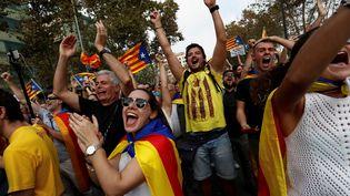 Des partisans de l'indépendance de la Catalogne exultent après le vote du Parlement catalan, le 27 octobre 2017 à Barcelone. (JUAN MEDINA / REUTERS)
