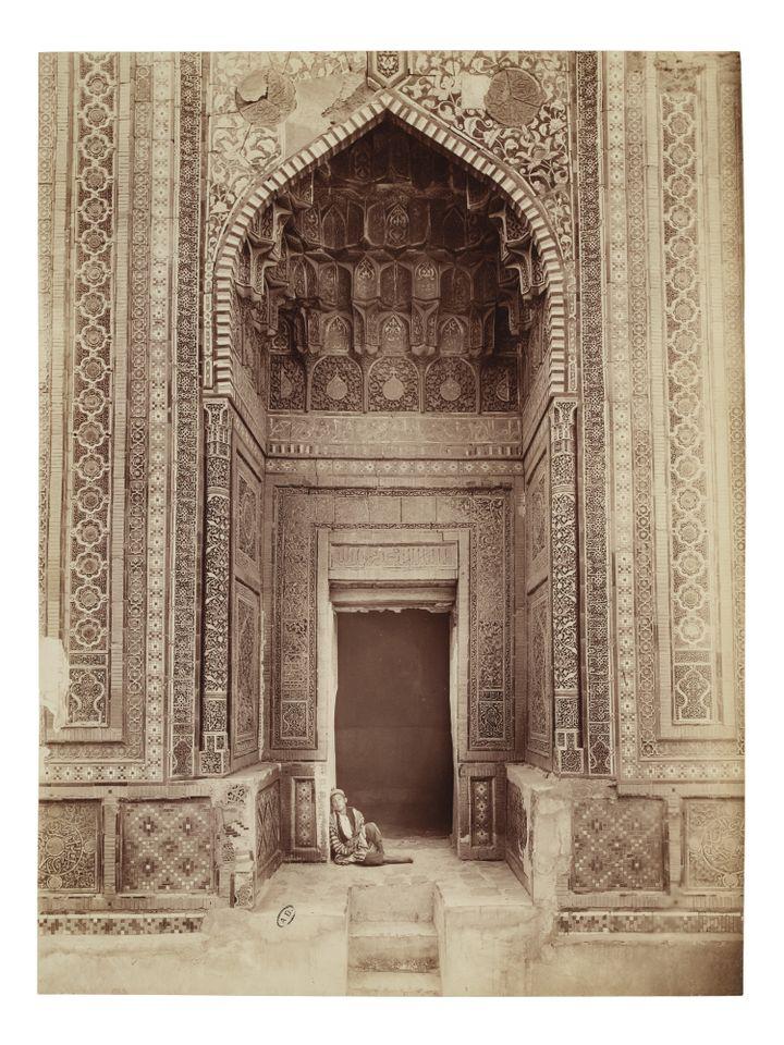 """Paul Nadar, """"Entrée du mausolée de Shadi Mulk-Aka dans la nécropoleChakhi Zinda, Samarkand"""", 1890, tirage sur papier albuminé (MAD PARIS / CHRISTOPHE DELLIERE)"""
