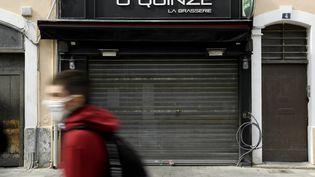 Une brasserie fermée à cause des mesures contre le coronavirus à Marseille le 28 septembre 2020. Photo d'illustration. (NICOLAS TUCAT / AFP)