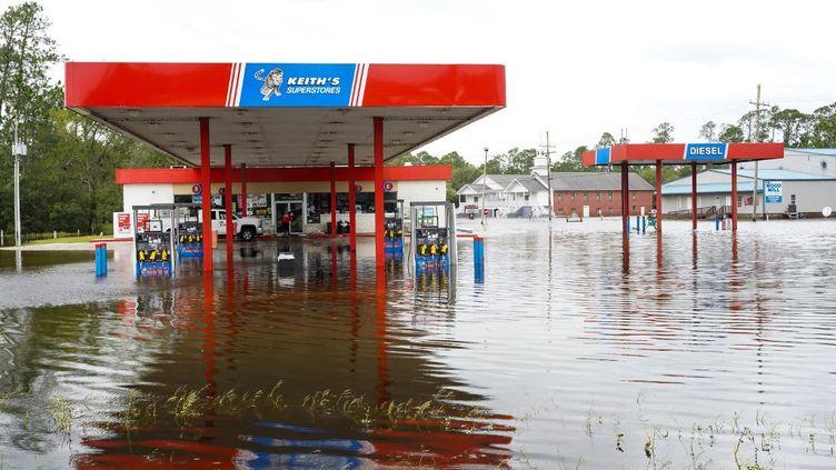 Une station-service inondée après le passage d'Ida, le 30 août 2021 dans la baie de Saint-Louis, dans le Mississippi (Etats-Unis). (SEAN RAYFORD / GETTY IMAGES NORTH AMERICA / AFP)