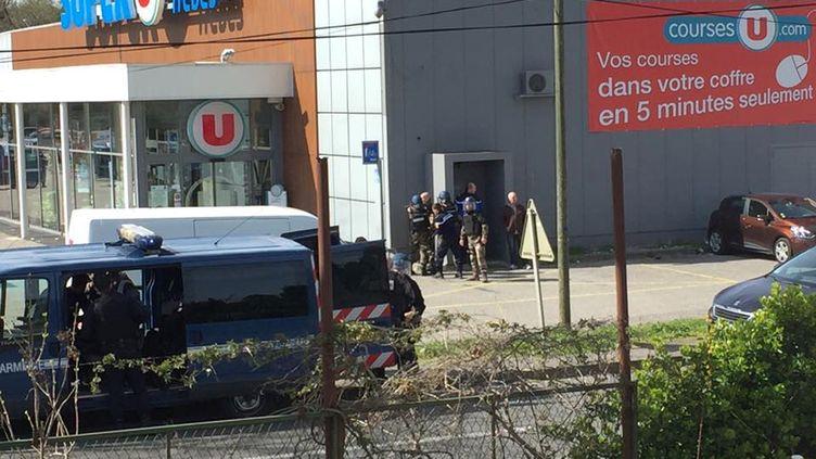 Des gendarmes sur les lieux de l'attaque d'un supermarché de Trèbes (Aude), le 23 mars 2018. (REUTERS)