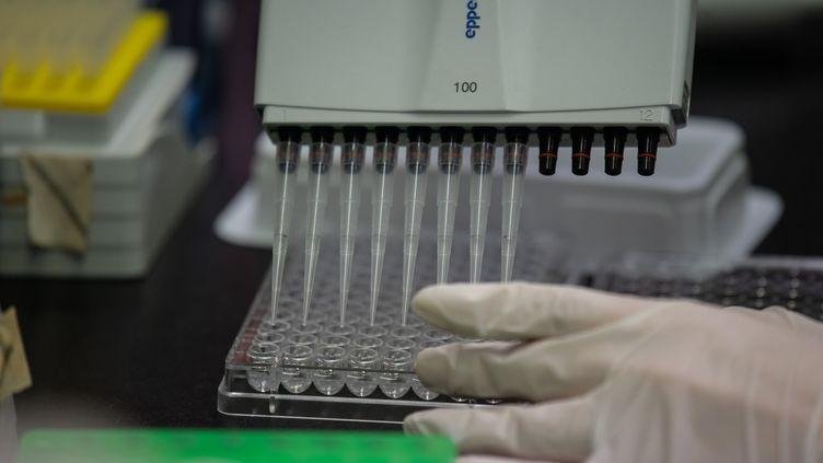 Un technicien travaille dans un laboratoire de l'International Vaccine Institute, à Séoul, en Corée du Sud, le 11 mars 2011. (ED JONES / AFP)