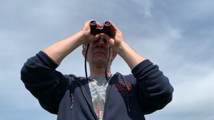 L'ornithologue Olivier Ganne observe les effets du confinement sur la faune ornithologique à Nantes. (Alexandre Abergel / Radio France)