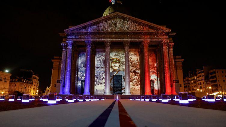 Le visage de Maurice Genevoix projeté sur la façade du Panthéon, mercredi 11 novembre. (LUDOVIC MARIN / POOL / AFP)