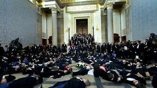 Rassemblement d'avocats au barreau de Lyon dans la salle des pas perdus de la cour d'assises, le 21 mars. (MAXPPP)