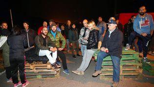 Des villageois bloquent la route pour empêcher la venue de migrants, à Goro (Italie), le 24 octobre 2016. (MAXPPP)