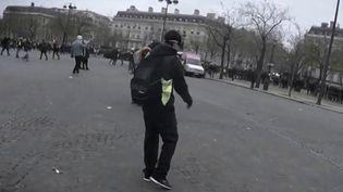 """Près d'un an après son accident survenu lors d'une manifestation des """"gilets jaunes"""", Sébastien Messina est toujours dans l'attente que le policier soit condamné pour sa blessure au visage. Le jeune homme de 26 ans est étonné de la lenteur de la procédure. Son avocate aussi. (France 2)"""