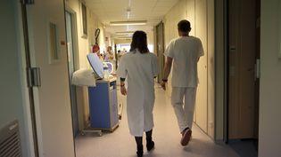 """Un syndicat d'infirmiers dénonce, lundi 13 octobre, """"l'omerta"""" des pouvoirs publics français sur le virus Ebola. (AMELIE-BENOIST / BSIP / AFP)"""