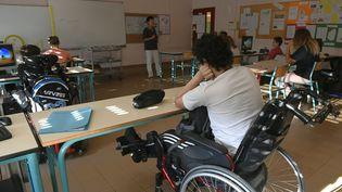 Des élèves handicapés dans un lycée près de Lyon, le 1er septembre 2016. (PHILIPPE DESMAZES / AFP)