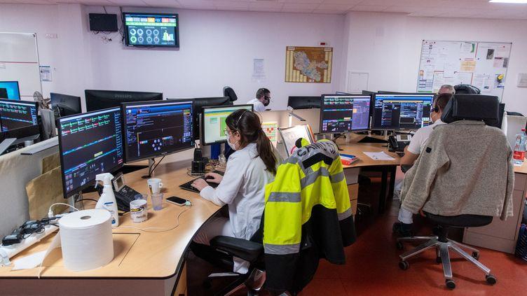 Le centre d'appel d'urgence du 15 répond aux appels le 31 décembre 2020 à l'hôpital de Metz, en Moselle. (NICOLAS BILLIAUX / HANS LUCAS / AFP)