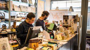 """Les deux associés de la librairie""""Les Sandales d'Empédocle"""" à Besançon (Doubs), le 29 avril 2020. (JEAN-FRANÇOIS FERNANDEZ / FRANCE-BLEU BESANÇON)"""