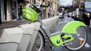 Un vélo est disponible dans une station de vélib à Paris, le 12 mars 2018. (DAVID SEYER / CROWDSPARK / AFP)