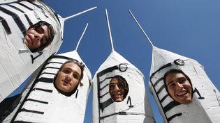 Des étudiants déguisés en seringues sur le parcours du Tour de France 2007, lors d'une étape Pau-Castelsarrasin. (JOEL SAGET / AFP)