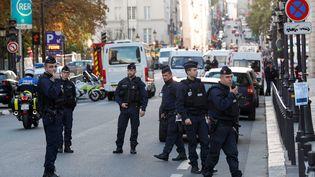 Des policiers patrouilles à l'entrée de la préfecture de police de Paris où un un fonctionnaire a tué quatre personnes avant d'être abattu, jeudi 3 octobre 2019. (GEOFFROY VAN DER HASSELT / AFP)