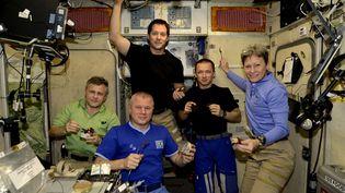 L'équipage de l'ISS se retrouve chaque vendredi soir dans le segment russe pour partager les meilleurs plats de chacun. Photo prise le 2 décembre 2016. (ESA/NASA)