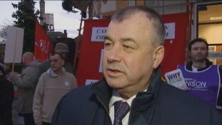 Brendan Barber, secrétaire général du Trades Union Congress, une confédération regroupant une soixantaine de syndicats, devant un piquet de grève, le 30 novembre 2011 à Londres (Grande-Bretagne). (FTVi / REUTERS)