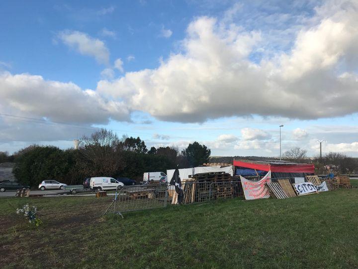 """Le camp des """"gilets jaunes"""" d'Atlantheix le 10 décembre 2018, quelques jours avant sa démolition. (LOUIS BOY / FRANCEINFO)"""