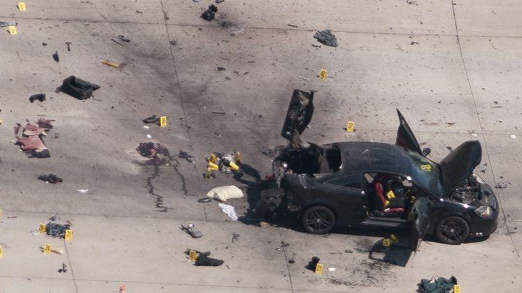 La voiture des deux suspects de la fusillade au Texas, abattus par la police, est inspectée par les enquêteurs, le 4 mai 2015 à Garland (Etats-Unis). (REX CURRY / REUTERS)