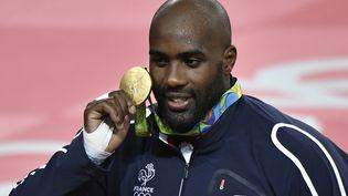 Le judoka Teddy Riner célèbre sa médaille d'or chez les plus de 100 kilos aux Jeux olympiques de Rio (Brésil), le 12 août 2016. (JEFF PACHOUD / AFP)