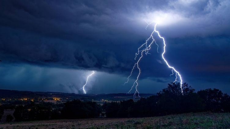 Un éclair s'abat à Serviès (Tarn), le 10 août 2019. (MAXPPP)