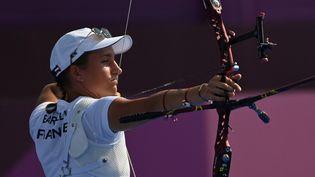 Sacrée championne d'Europe de tir à l'arc en juin, Lisa Barbelin fait ses premiers pas aux Jeux olympiques le29 juillet 2021 à Tokyo. (ADEK BERRY / AFP)