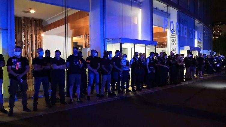 Plusieurs dizainesde policiers ont manifesté jeudi 25 juin devant la Maison de la radio à Paris. (THOMAS COIGNAC / RADIO FRANCE)