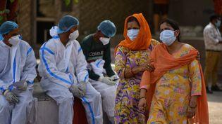Près d'un crématorium, à Delhi, en Inde, où sont incinérées des personnes décédées du Covid-19, le 30 avril 2021. (IDREES MOHAMMED / SPUTNIK / AFP)