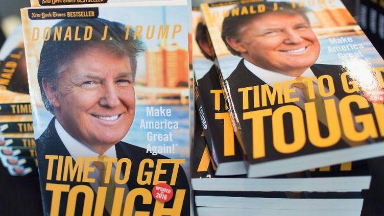 Lors d'une réunion le 25 août, le candidat Trump offre son livre intitulé «Le temps d'être dur». Tout un programme, pour ses concurrents, notamment. (SCOTT OLSON / GETTY IMAGES NORTH AMERICA / AFP)