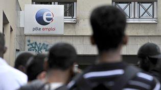 Des chômeurs font la queue devant une agence Pôle emploi à Paris, le 3 septembre 2012. (YOAN VALAT / EPA / MAXPPP)