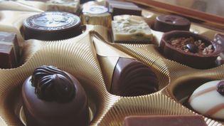 Une intérimaire d'uneusine d'Oloron-Sainte-Marie (Pyrénées-Atlantiques), a été condamnée, le 18 janvier 2016, à un an de prison avec sursis pour avoir inséré des boulons dans des boîtes de chocolats. (LAURA BAYER / EYEEM / GETTY IMAGES)