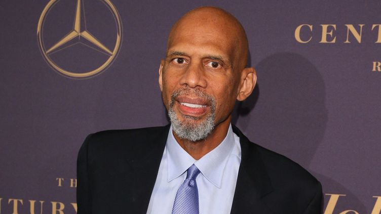 Pour 340 euros, il est possible de s'offrir une vidéo personnalisée de la légende du basket Kareem Abdul Jabbar, ici à Beverly Hills, en Californie, le 4 février 2019. (JEAN-BAPTISTE LACROIX / AFP)