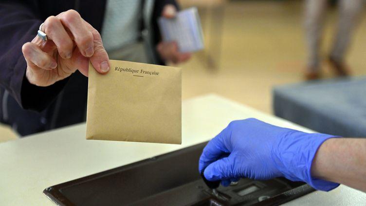Une enveloppe près d'une urne. Photo d'illustration. (ALEXANDRE MARCHI / MAXPPP)